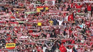 Aficionados del Sporting durante el derbi ante el Oviedo en El...
