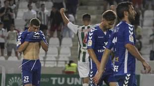 Los jugadores del Tenerife, cabizbajos, tras el partido del año...