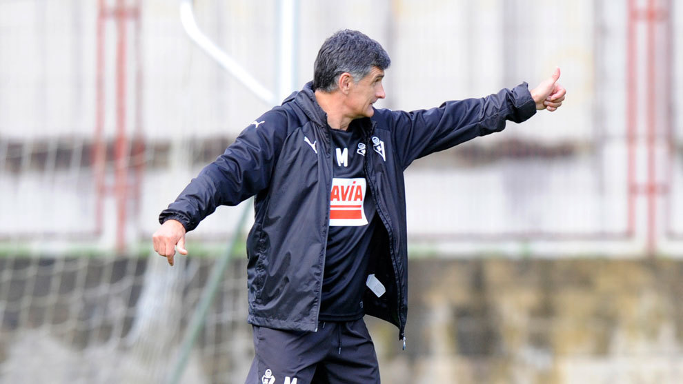 José Luis Mendilibar dirige el entrenamiento del Eibar.