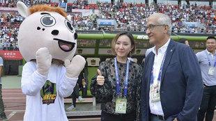Wen Xiaoting y Gregorio Manzano celebran una victoria en casa del...