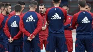 Diego Martínez da instrucciones a sus hombres durante un...