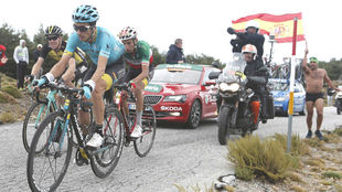 Pello Bilbao durante la Vuelta a España, cuidando de Fabio Aru.
