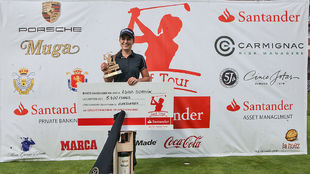 Luna Sobrón posa con los premios obtenidos por ganar.