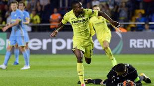 Bakambu celebra su gol