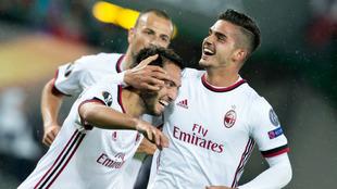 André Silva y Çalhanoglu celebrando un gol