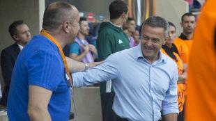 Fran Escribá saluda a Stanimir Stoilov antes del partido de La...