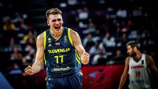 Luka Doncic, feliz durante el encuentro ante Espa�a.