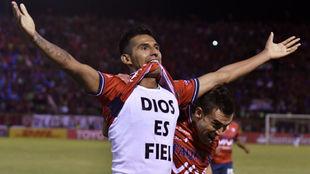 Gilbert Alvarez, de Jorge Wilstermann, celebra uno de los goles a...