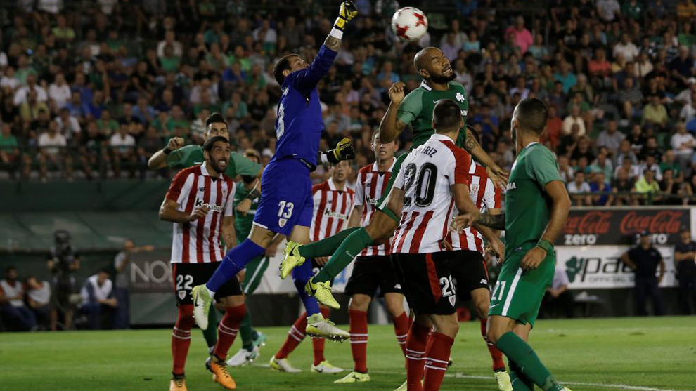 Iago Herrerín (29), durante una acción del partido entre el Athletic...