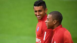 Marquinhos (23), junto a Mbappé (18) en un entrenamiento del PSG