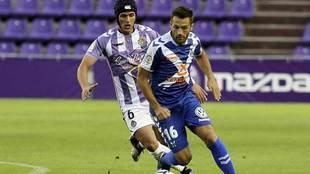 Luismi persigue a Aitor durante el choque entre Valladolid y Tenerife