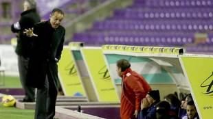 José Luis Oltra, durante un partido en Zorrilla cuando era entrenador...