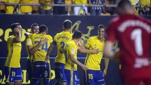 Los jugadores del Cádiz celebran el primer gol al Nástic la pasada...