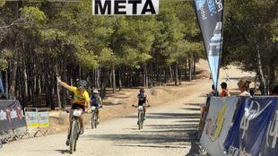 Mar�a D�az y M�rquez cruzan la meta como vencedores del Open de...