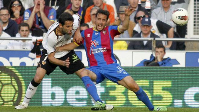 Pedro López pugna con Jonas durante un derbi.