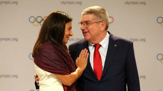Anne Hidalgo, alcaldesa de París, junto a Thomas Bach, presidente del...