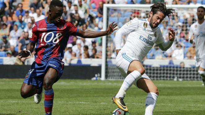 Isco controla el balón en el partido ante el Levante.