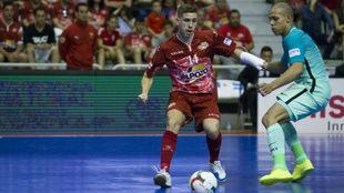 Fernando se lleva el balón ante Ferrao.