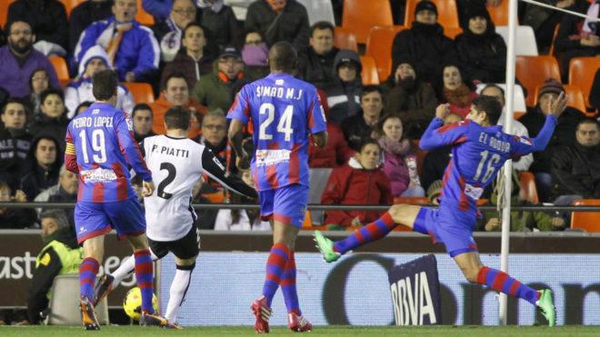 Lance de juego en un Valencia-Levante.