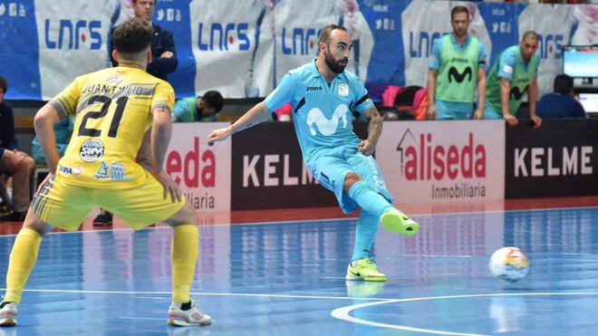 Ricardinho golpea el balón ante la presencia de Juan Emilio.
