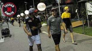 Carlos Sainz y Fernando Alonso pasean por el paddock de Singapur.