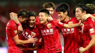 Akhmedov, Hulk y Wu Lei celebran uno de los goles del SIPG
