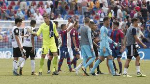 Los jugadores se despiden de la hinchada y se saludan tras el derbi.
