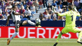 Rodrigo encara al meta del Levante Raúl.