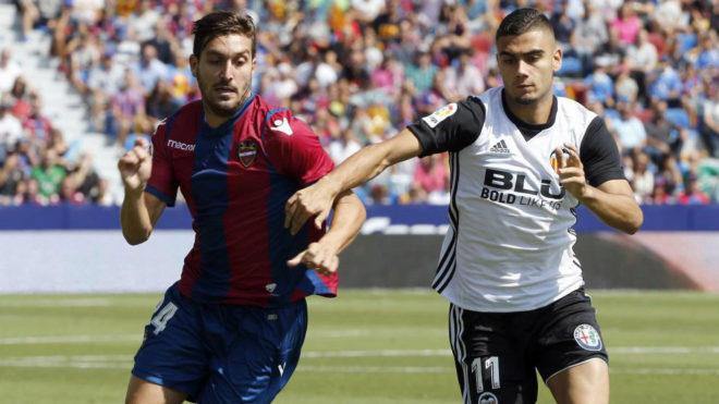 Campaña y Andreas Pereira corren por un balón.