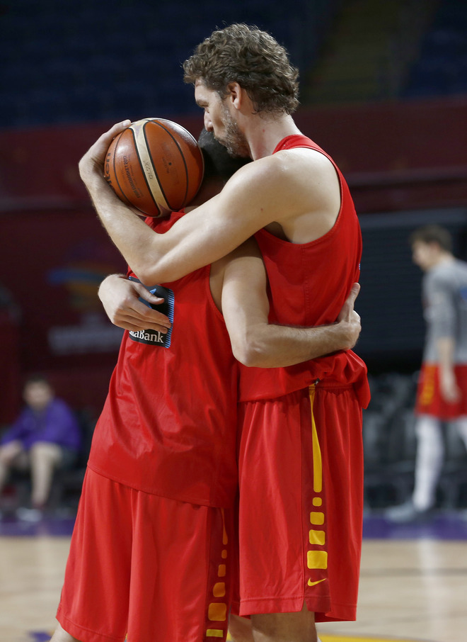 Pau Gasol y Juan Carlos Navarro se abrazan durante su último...