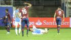 Ezequiel cae al suelo tras un salto sobre Sergi Enrich