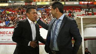 Ambriz, saludando a Rafael García, previo a su enfrentamiento.