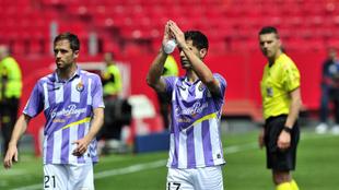 Míchel (29), junto a Javi Moyano (31) tras el partido entre el...