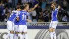 Varios jugadores de la Real celebran un gol de Zurutuza