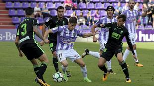 Hervias (24) conduce el balón durante el partido entre el Valladolid...