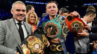 Golovkin posa con sus cinturones de WBC-WBA-IBF