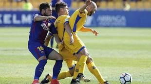 El azulgrana José Arnaiz pugna por el balón con los locales Errasti...
