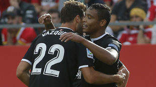 Abrazo entre Vázquez y Muriel, autor del gol sevillista en Montelivi.