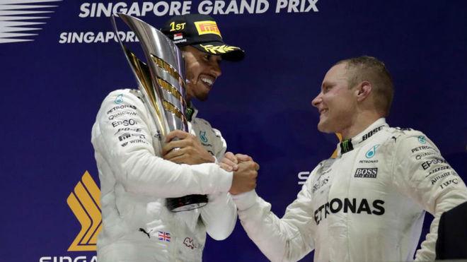 Hamilton y Bottas, en el podio de Marina Bay.