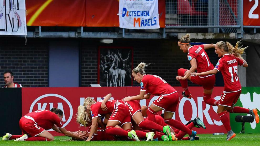 Las jugadoras de la selección danesa celebra un gol en la Eurocopa.