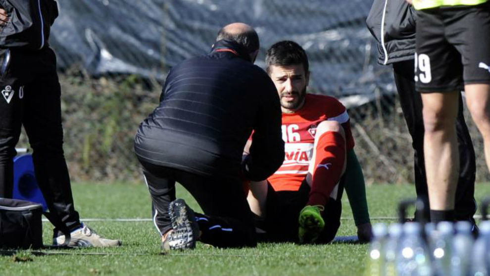 Fran Rico es atendido durante un entrenamiento
