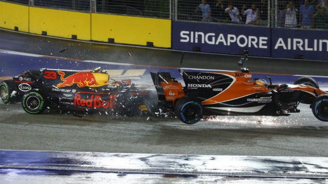 Alonso vuela con su McLaren tras ser embestido por Verstappen en la...