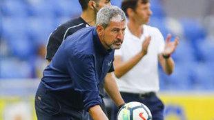 Márquez devuelve un balón al terreno de juego.