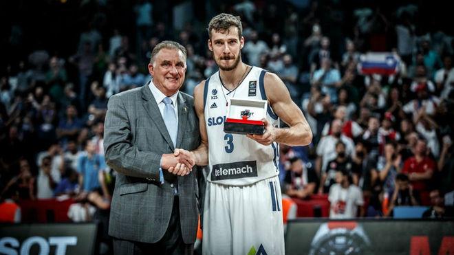 Goran Dragic, recibiendo el trofeo de MVP.