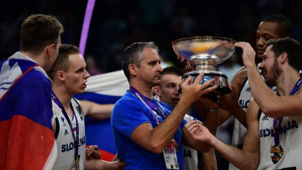 Igor Kokoskov recibe el trofeo de campeón del Europeo de manos de...
