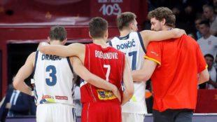 Pau Gasol abraza a Doncic y Bogdanovcic, a Dragic.