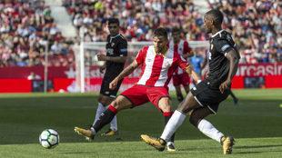 Carole pasa un balón ante un jugador del Girona.