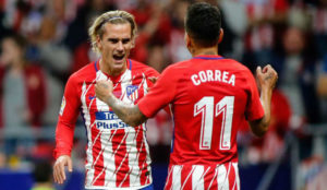 Griezmann y Correa celebran el gol ante el M�laga