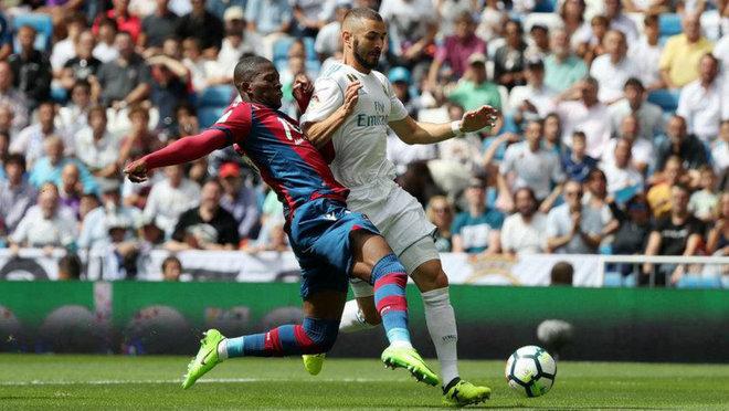 Lerma pugna con Benzema por un balón durante el pasado Madrid -...