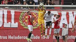 Héctor Hernández disputa un balón aéreo que acaba atajando...